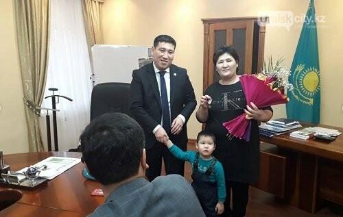 В ЗКО три многодетные семьи из Аксая получили ключи от 4-комнатных новых квартир, фото-1