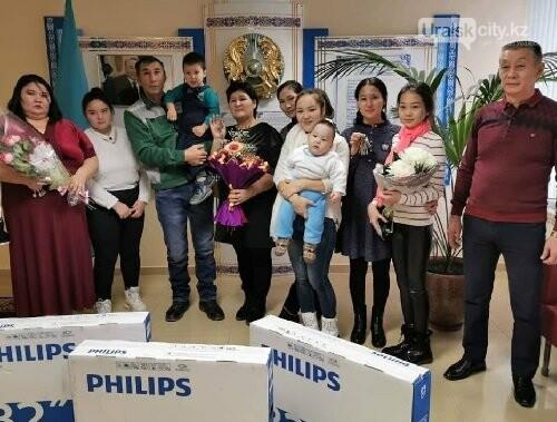 В ЗКО три многодетные семьи из Аксая получили ключи от 4-комнатных новых квартир, фото-3
